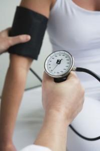 הקשר בין נחירות ודום נשימה בשינה ליתר לחץ דם